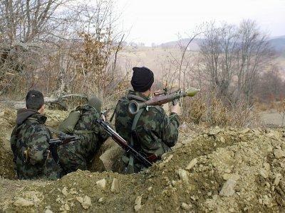 Des combattants de l'UCK prennent position à la frontière avec le Kosovo dans la région de Malina Mara, en Macédoine, le 14 mars 2001    ERIC FEFERBERG [AFP/Archives]