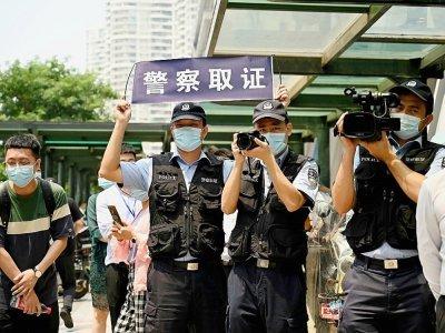 Des policiers devant le siège d'Evergrande, à Shenzhen, le 15 septembre 2021, au troisième jour d'affilée de rassemblement de propriétaires spoliés    Noel Celis [AFP/Archives]