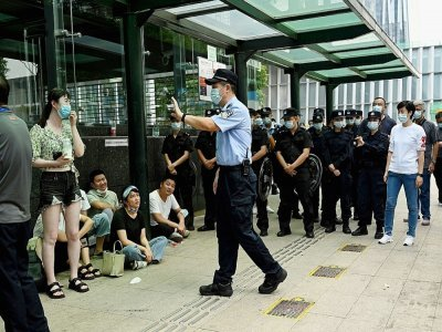 Propriétaires spoliés et policiers se font face devant le siège d'Evergrande, à Shenzhen, le 15 septembre 2021, au troisième jour de ressemblement contre le géant immobilier chinois    Noel Celis [AFP]