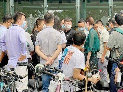 Devant le siège d'Evergande, à Shenzhen, le 15 septembre 2021, troisième jour d'affilée de rassemblement de proriétaires spoliés    Noel Celis [AFP]