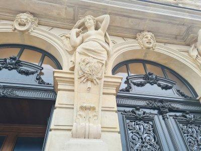La façade et les groupes sculptés ont été restaurés après plus de 20 mois de travaux. Ici, on observe les notes, gravées, d'une partition de musique.