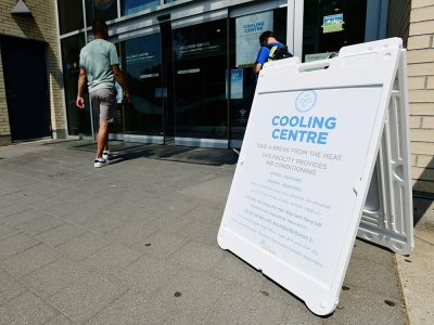 Une personne entre le 30 juin 2021 dans un centre municipal à Vancouver, au Canada, pour se rafraîchir alors que la région est frappée par une vague de chaleur - Don MacKinnon [AFP/Archives]