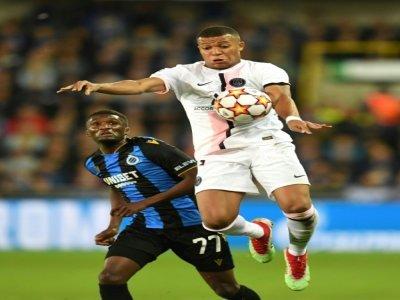 L'attaquant du PSG Kylian Mbappé devant le défenseur de Bruges Clinton Mata pendant la rencontre de Ligue des Champions entre les deux clubs le 15 septembre 2021 à Bruges - JOHN THYS [AFP]