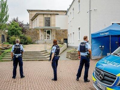 Des policiers installent un périmètre de sécurité devant la synagogue de Hagen en Allemagne le 16 septembre 2021 - Markus Klümper [dpa/AFP]