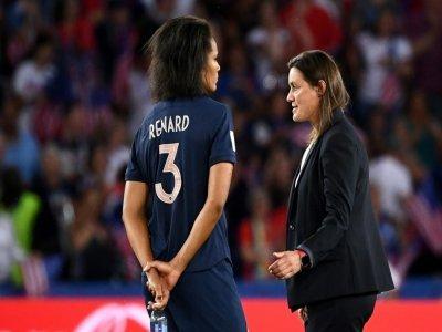 La défenseure Wendie Renard avec la sélectionneuse des Bleues Corinne Diacre à l'issue du match de Coupe du monde contre les Etats-Unis à paris, le 28 juin 2019 - FRANCK FIFE [AFP/Archives]