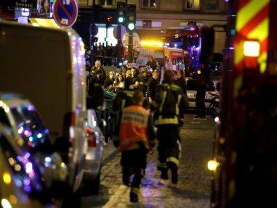 Des pompiers et policiers sur les lieux d'une attaque dans le 10e arrondissement de Paris, le 13 novembre 2015 - Kenzo TRIBOUILLARD [AFP/Archives]