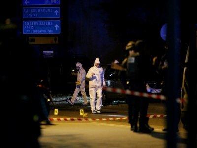 Des membres d'une équipe médico-légale travaillent sur les lieux d'un attentat près du Stade de France, le 13 novembre 2015 à Saint-Denis, près de Paris - MATTHIEU ALEXANDRE [AFP/Archives]