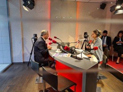 Xavier Bertrand dans les studios de Tendance Ouest à Rouen, interrogé par Floriane Bléas, rédactrice en chef adjointe.