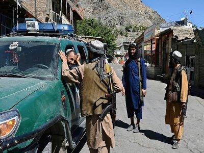Des combattants talibans dans un marché de la région de Khenj dans le Panchir dont ils ont pris le contrôle, le 15 septembre 2021. - WAKIL KOHSAR [AFP]