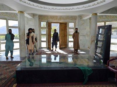 Des combattants talibans au mausolée du leader du Panchir Ahmad Shah Massoud à Saricha le 15 septembre 2021 - WAKIL KOHSAR [AFP]