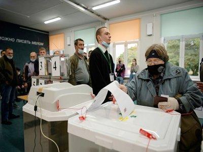 Une femme vote à Moscou au premier jour des élections législatives en Russie, le 17 septembre 2021 - Natalia KOLESNIKOVA [AFP]
