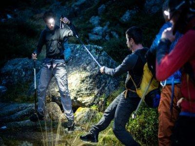 Le guide de montagne Morgan Périssé (à gauche) signale les obstacles à David Labarre alors que le soleil n'est pas encore levé sur le cirque d'Espingo - Valentine CHAPUIS [AFP]