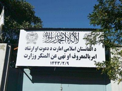 Le panneau du ministère de la Promotion de la vertu et de la Prévention du vice a remplacé celui du ministère des Affaires féminines le 17 septembre 2021 à Kaboul - Hoshang Hashimi [AFP]