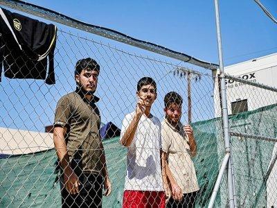 Des migrants en quarantaine Covid-19 à l'intérieur du camp de migrants sur l'île grecque de Leros, le 7 septembre 2021 - Theophile Bloudanis [AFP/Archives]