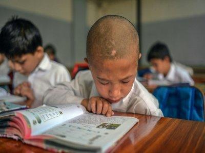 Un garçon en classe, à l'établissement scolaire Esteqlal de Kaboul, le 18 septembre 2021 - BULENT KILIC [AFP]