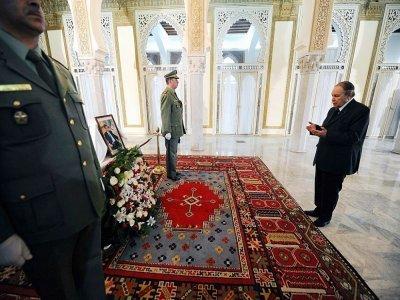 Abdelaziz Bouteflika devant le cercueil du premier président de l'Algérie indépendante Ahmed Ben Bella à Alger, le 11 mai 2012 - FAROUK BATICHE [AFP/Archives]