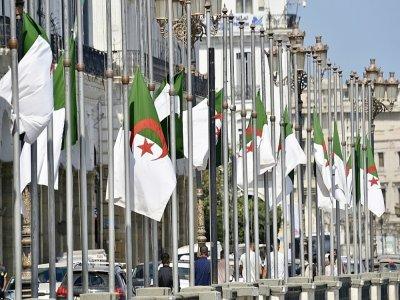 Des drapeaux algériens mis en berne dans la capitale Alger le 18 septembre 2021, après la mort de l'ancien président Abdelaziz Bouteflika - RYAD KRAMDI [AFP]