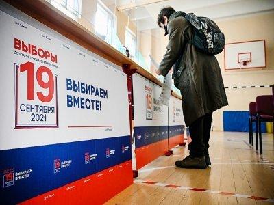 Dans un bureau de vote de Moscou, le 18 septembre 2021 - Alexander NEMENOV [AFP]