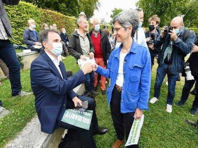 Eric Piolle et Sandrine Rousseau se saluent lors des Journées d'été d'EELV à Poitiers le 19 août 2021 - MEHDI FEDOUACH [AFP/Archives]