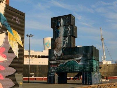 Container peint par Veks Van Hillik et montrant un vieil homme à tête de poisson, le 17 septembre 2021 - RAYMOND ROIG [AFP]
