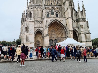 Dès le début de l'après-midi un flot ininterrompu de fidèles a pris place dans la cathédrale de Sées.