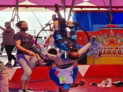 Les écoliers s'entraînent pour leur spectacle de cirque.