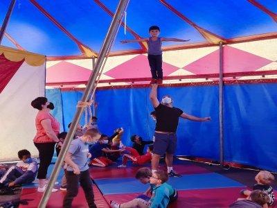 Initiation aux techniques du cirque, dont l'acrobatie.