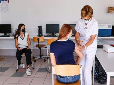 Une adolescente se fait vacciner dans un collège du Privas dans le sud-est de la France le 6 septembre 2021 - PHILIPPE DESMAZES [AFP]