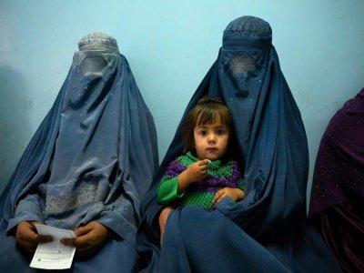 Des patientes attendent avec un enfant à la clinique de Tangi Saidan, le 6 octobre 2021 dans le centre de l'Afghanistan - Elise BLANCHARD [AFP]