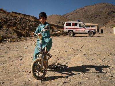Un enfant à vélo devant la clinique de Tangi Saidan,  le 6 octobre 2021 dans le centre de l'Afghanistan - Elise BLANCHARD [AFP]