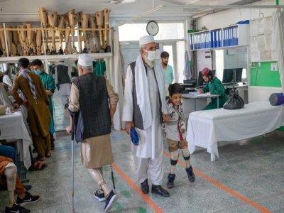 Des amputés au Centre de réhabilitation du Comité international de la Croix Rouge (CICR) à Kaboul le 11 octobre 2021 - BULENT KILIC [AFP]
