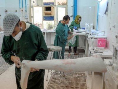 Préparation d'une prothèse au Centre de réhabilitation du Comité international de la Croix Rouge (CICR) à Kaboul le 11 octobre 2021 - BULENT KILIC [AFP]