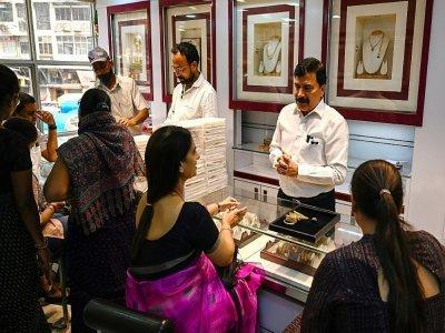 Des clientes dans une bijouterie de Bombay, le 11 octobre 2021 en Inde - Punit PARANJPE [AFP]