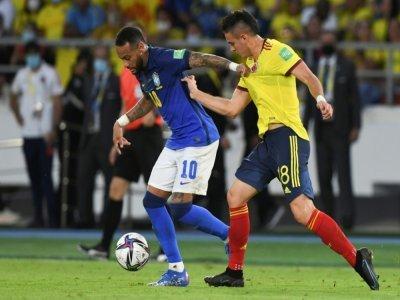 Le Brésilien Neymar et le Colombien Rafael Santos Borre lors de la rencontre de qualifications au mondial-2022 entre le Brésil et la Colombie le 10 octobre 2021 à Barranquilla (Colombie) - JUAN BARRETO [AFP/Archives]