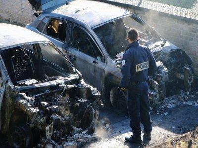 Les trois véhicules sont totalement détruits par les flammes.