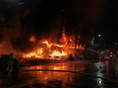 Des pompiers luttent contre un incendie dans un immeuble de Kaohsiung, le 14 octobre 2021 dans le sud de Taïwan - Handout [Kaohsiung Fire Department/AFP]