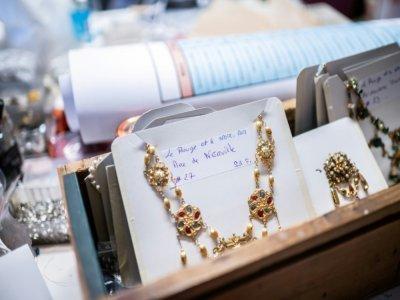 """Des bijoux créés pour le ballet """"Le Rouge et le Noir"""" du chorégraphe Pierre Lacotte, le 2 avril 2021 à Paris - Martin BUREAU [AFP/Archives]"""