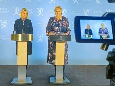 La Première ministre norvégienne Erna Solberg (d) et la ministre de la Justice Monica Mæland lors d'une conférence de presse après une attaque meurtrière à l'arc à Kongsberg, le 13 octobre 2021 - Ole Berg-Rusten [NTB/AFP]