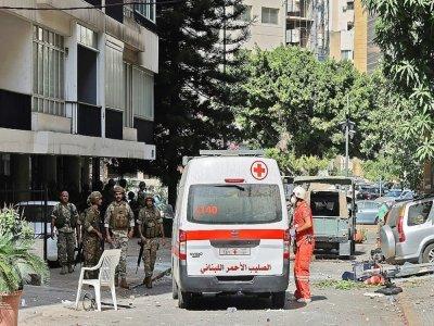 Des blessés sont évacués après des heurts à Beyrouth, le 14 octobre 2021 - JOSEPH EID [AFP]
