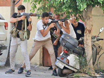 Des partisans des mouvements chiites Hezbollah et Amal prennent les armes lors de heurts mortels à Beyrouth, le 14 octobre 2021 - anwar amro [AFP]