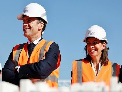 Le président Emmanuel Macron en compagnie de la maire de Paris Anne Hidalgo lors de la visite du chantier du village des athlètes à Saint-Ouen, le 14 octobre 2021 - SARAH MEYSSONNIER [POOL/AFP]