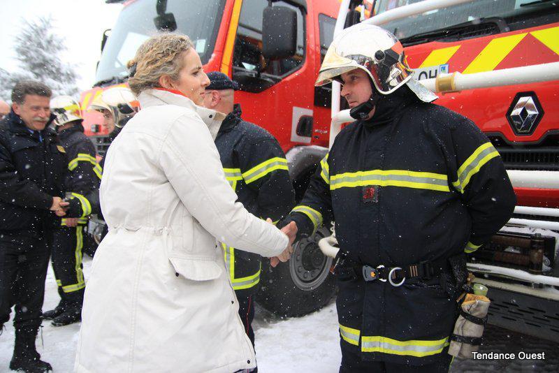 La ministre Delphine Batho salue les pompiers de Caen. Mardi 12 mars 2013.