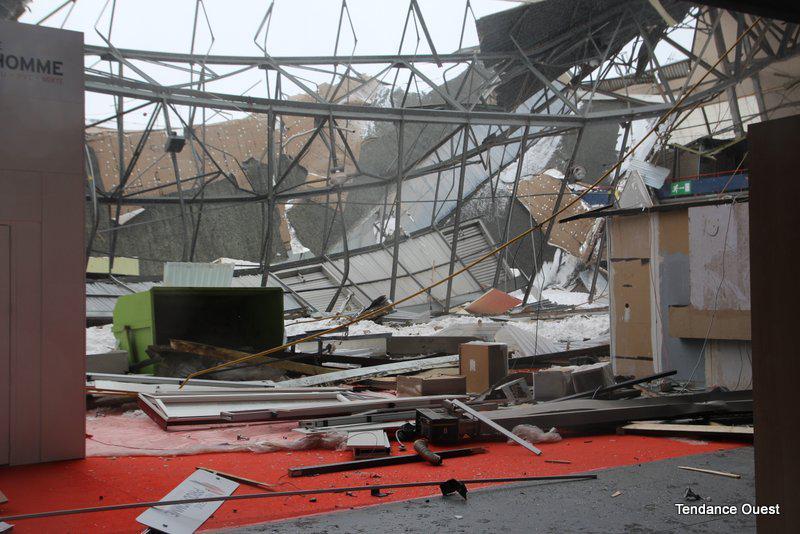 Le toit vient de s'effondrer dans le hall 2 du parc des expositions de Caen. Mardi 12 mars 2013.