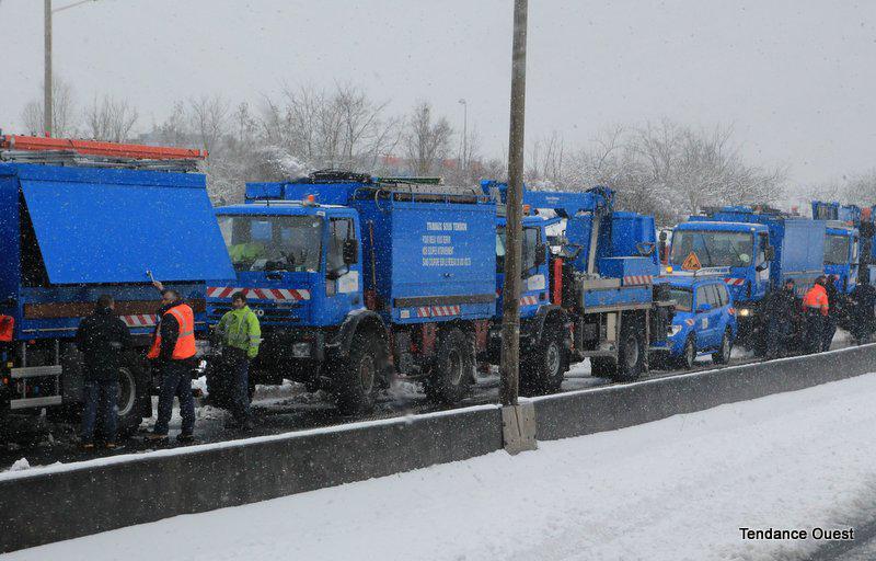 Les services d'ERDF, à l'entrée de l'A84, prêts à partir en intervention. Mardi 12 mars 2013.