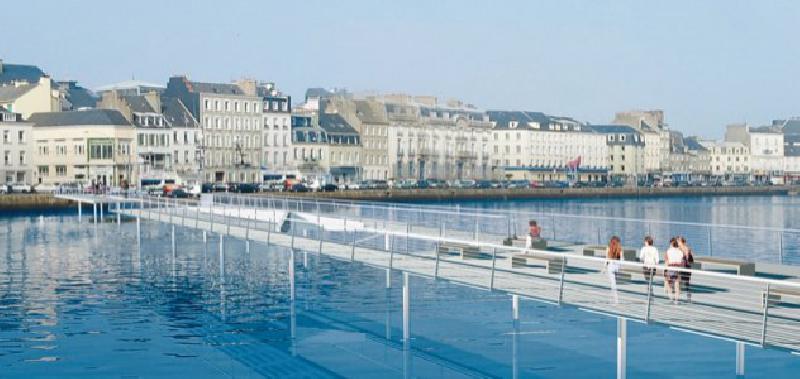 La passerelle, initialement prévue pour avril 2013, devrait ouvrir dans un an.