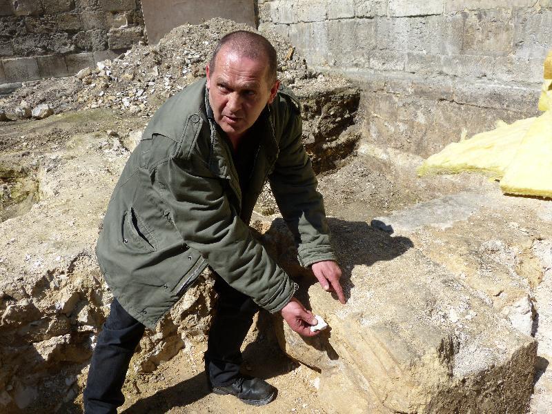 Eric Follain montre la différence entre la pierre de la vallée de la Seine et la pierre de Caen - Lison Lagroy