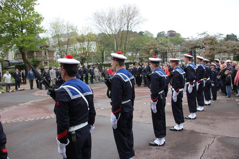 A Cherbourg, ville maritime, les fusilliers-marins ont pris part à la cérémonie. - Merlet