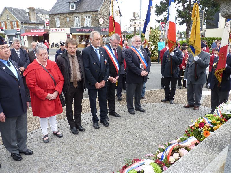 Le maire de Granville, Daniel Caruhel, accompagné du conseiller général, Jean-Marc Julienne, devant le monument du poilu sur le Cours Jonville, à Granville. - Troussel