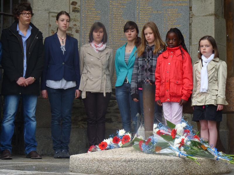 Un peu partout, les plus jeunes se sont recueillis au nom de leur Histoire, comme ici à Saint-Lô. - Lebranchu