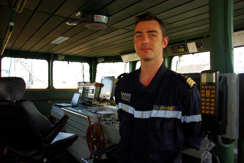 Guillaume Le Guen, chef de quart, donne les instructions pour le pilotage du Flamant.